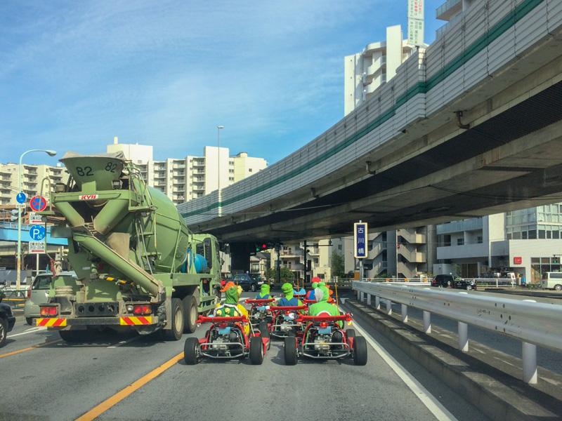 古川橋の交差点でのコスプレカートの一段