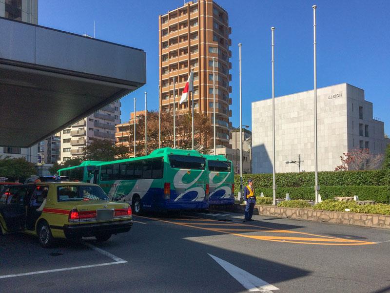 松屋銀座のセール開催中のシェラトン都ホテル東京前