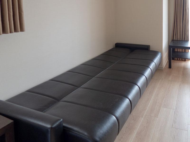 高輪デュープレックスC'sのファミリスイートの部屋のソファー